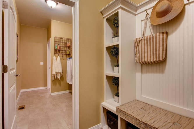 6852-Mustang-Rim-Drive-small-026-23-Mudroom-666x444-72dpi-120170331162116