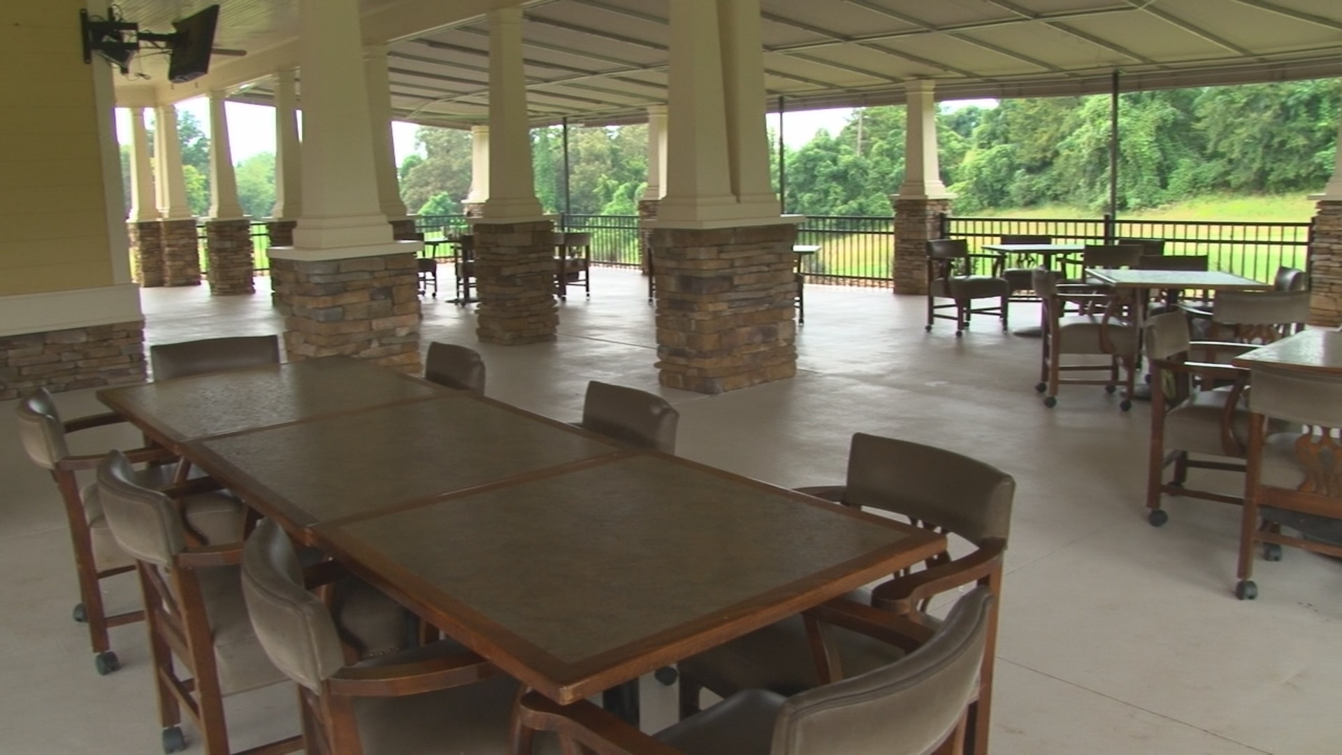 Golf_Clubhouse_Patio_Tra00120171106082331