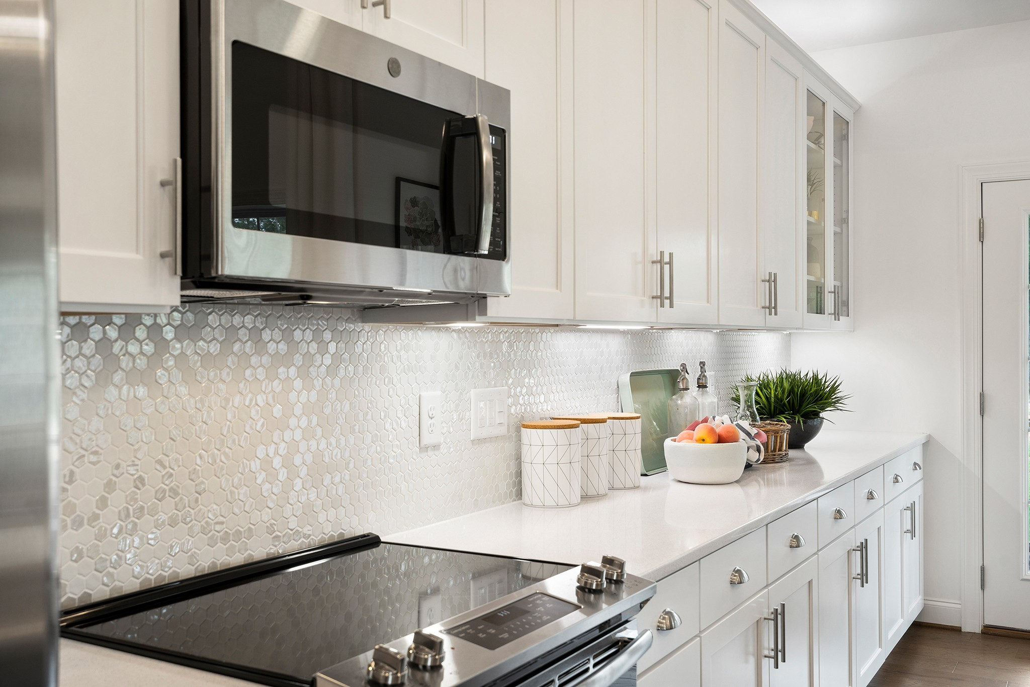 white kitchen back splash