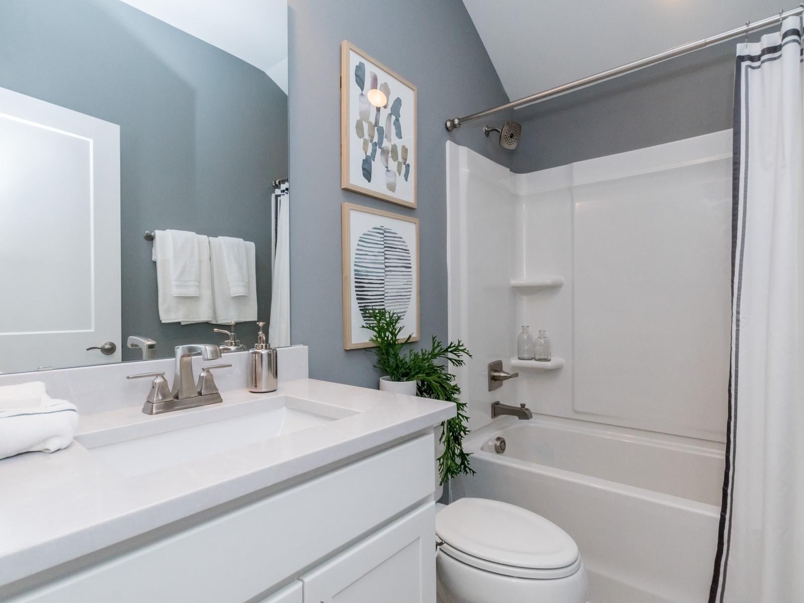 img_022_Hallway-Full-Bathroom.jpg